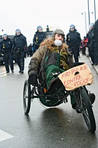 """Tanskan hallitus käytti Kööpenhaminan ilmastokokousta verukkeena poliisin valtuuksien pysyvään nostamiseen. Poliisi saa ottaa kiinni kenet tahansa ennaltaehkäisevästi 12 tunnin ajaksi. Minimituomio """"poliisin työn häiritsemisestä levottomuuksien aikana"""" on 40 päivää vankilassa ja sakot samasta rikkeestä monikertaistuivat tuhansiin kruunuihin."""