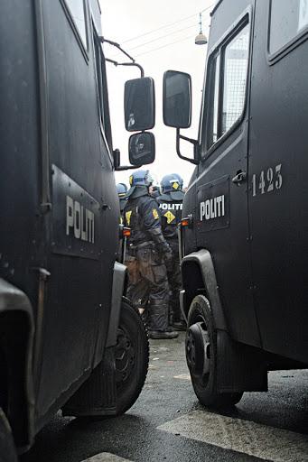 """Tiistaina poliisi pidätti Reclaim Power -mielenosoitusta järjestäneen Tadzio Müllerin syytettynä """"väkivaltaisen mellakan"""" ja """"virkavallan väkivaltaisen vastustamisen"""" valmistelusta. Müller toimi """"väkivallattoman mutta tottelemattoman"""" mielenosoituksen puhehenkilönä. Mielenosoitus sujui ilman väkivaltaisia yhteenottoja. Tästä huolimatta poliisi pidätti myös muita Climate Justice Action -verkoston johtajina pitämiään henkilöitä sekä ennen mielenosoitusta että sen aikana. """"Me työskentelemme kuitenkin horisontaalisesti, jos yksi viedään, toinen korvaa"""", kertoo CJA -verkoston puhehenkilö Kamille Kosod Guardianin haastattelussa."""