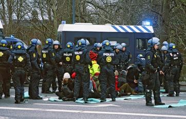 Poliisi sai kansainväliseltä medialta paljon kritiikkiä lauantain suurmielenosoituksen kiinniottokeinoistaan. 400 ihmistä istutettiin kylmällä maalla, osaa lähes neljä tuntia ennen pidätysbussiin vientiä. Sunnuntaina poliisi oli hankkinut makuualustoja kiinniotetuille.