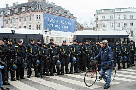 Kööpenhamina täyttyi myös poliiseista. Lauantain mielenosoituksessa lähes tuhannesta kiinniotetusta vain 13 ihmistä epäillään rikoksista, poliisi kertoi BBC:lle. Kiinniotetut viettivät yön Guantanamo Junioriksi nimitetyssä pidätyshallissa.