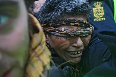 Loucas das Pedras Lilás -feministiteatteriryhmän valokuvaaja jäi puristuksiin väkijoukon ja poliisin väliin. Ympärillä viuhuivat pamput ja pippursumutteet.